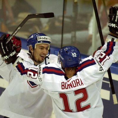 Miroslav Satan firar med Peter Bondra.