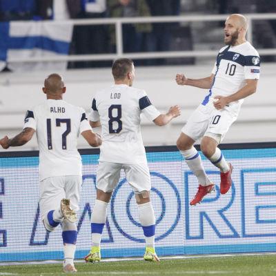 Teemu Pukki jublar efter mål i landslaget.