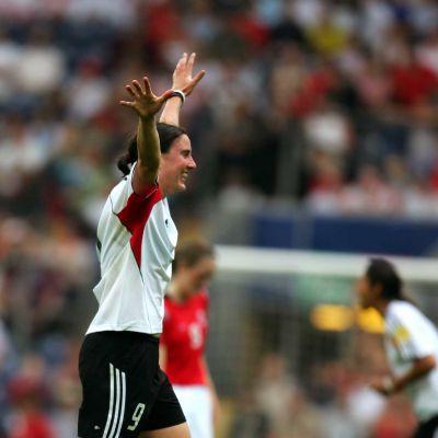 Saksan Birgit Prinz juhlii kentällä EM-finaalissa vuonna 2005.
