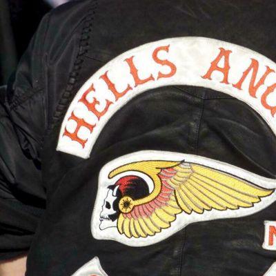 Kuvassa Helvetin enkelien liivin selkämys.