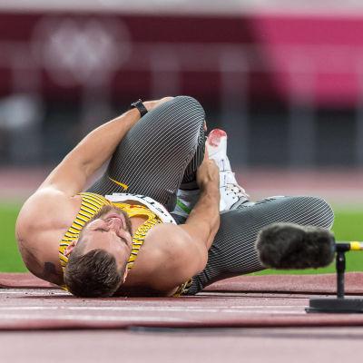 Johannes Vetter ligger nere på banan och tar sig för knät.