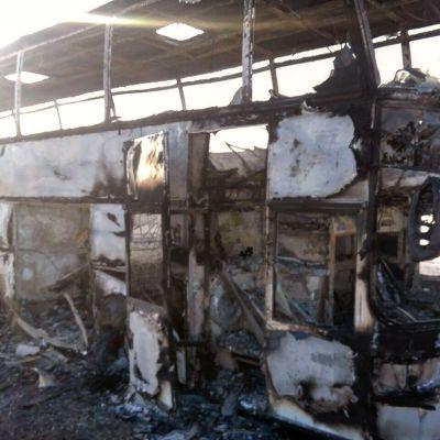 Bussionnettomuudessa tuhoutunut linja-auto.