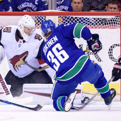Jussi Jokinen gör mål för Vancouver mot Arizona.