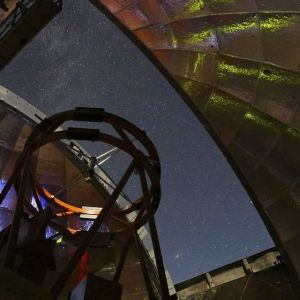 Nasan infrapunateleskooppi seuraa tähtitaivasta Havaijilla.