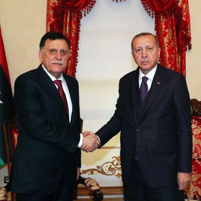 Turkin presidentti Recep Tayyip Erdoğan tapasi Libyan pääministerin Fayez al-Sarrajin Istanbulissa sunnuntaina.
