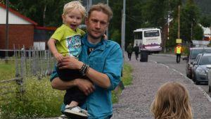 Juha Järvinen med några av barnen i Kurikka.