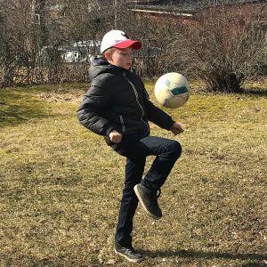 pojke dribblar med fotboll
