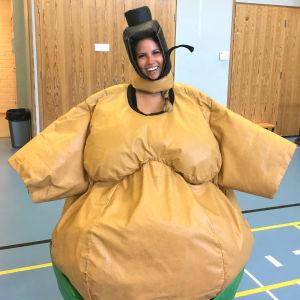 Hanna pukeutuneena hilpeään sumopainiasuun.