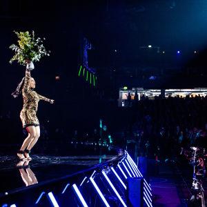 Saara Aalto juhlistaa lavalla Monster-biisin voittoa Uuden Musiikin Kilpailussa 2018