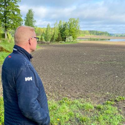 Jordbrukare Johan Cederberg i Pernå vid översvämmad åker