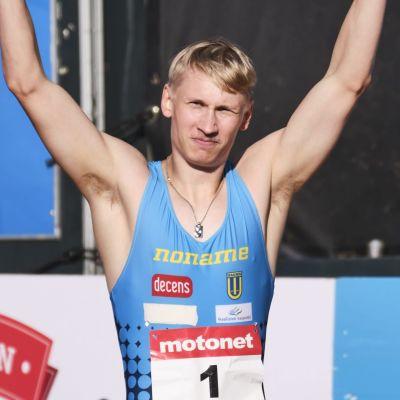 Samuli Samuelsson med händerna i vädret efter rekordloppet i Jyväskylä i juli 2020.