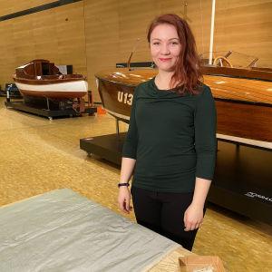 Anni Shepherd, joka on ollut mukana ompelemassa replikaa alushameesta.