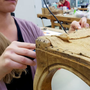 Artenomi-opiskelija restauroi tuolia