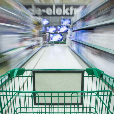 Ostoskärryt kiitävät vauhdikkaasti kaupan käytävällä.