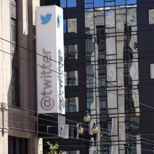 Twitters logo utanför kontoret.