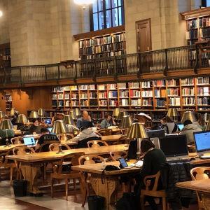 Stanfordin yliopiston kirjastosali.
