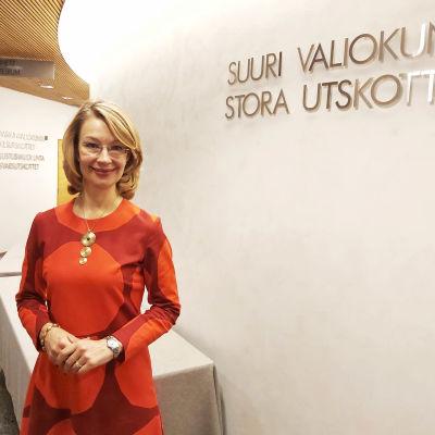 Tytti Tuppurainen i riksdagshuset, framför Stora utskottets mötesrum