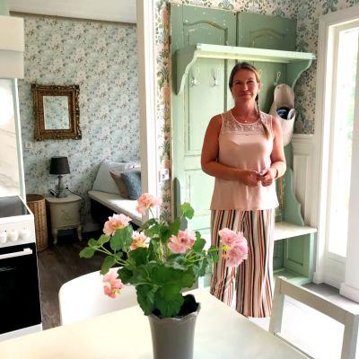 en kvinna står i ett ljust rum för övernattning och boende