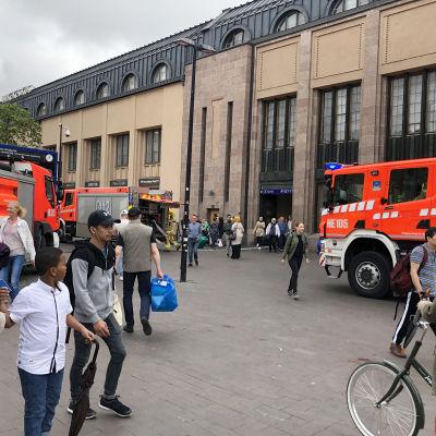 Brandbilar utanför järnvägsstationen i Helsingfors centrum.