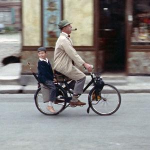 Herra Hulot (Jacques Tati) ja hänen sisarenpoikansa (Alain Bécourt) elokuvassa Enoni on toista maata