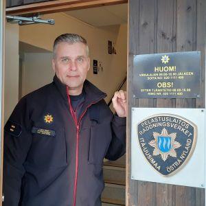 ÖVerbrandman Dan Lundström vid räddningsstationen i Nickby