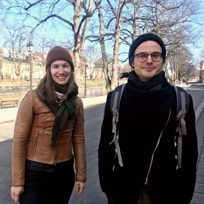 en kvinna och en man står vid aura å i vårväder