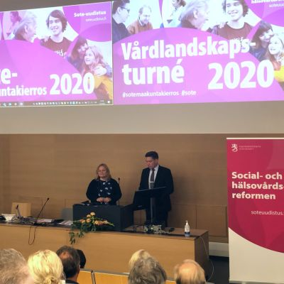 Familje- och omsorgsminister Krista Kiuru (SDP) tillsammans med Thomas Blomqvist, minister för nordiskt samarbete och jämställdhet (SFP).