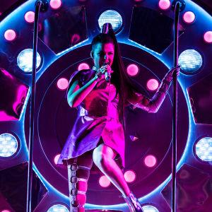 Saara Aalto esittämässä Queen-kappalettaan Uuden Musiikin Kilpailussa