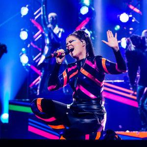 Saara Aalto esittää kappaleen Monsters Uuden Musiikin Kilpailussa