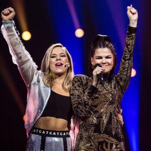 Saara Aalto juhlistamassa voittoaan lavalla Krista Siegfridsin kanssa Uuden Musiikin Kilpailussa 2018