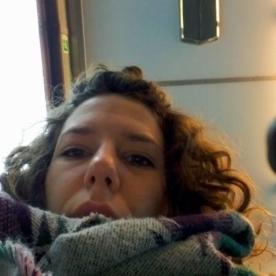 Anna-Sofia Nylund-Allén tittar in i kameran och ska precis placera sin penna på rutan.