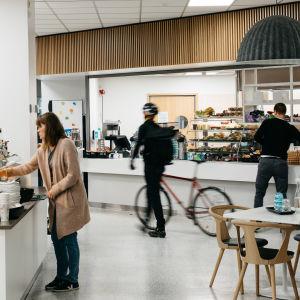 Ihmisiä Ylen Mediatalon Cafe Piccolossa.