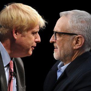 Boris Johnson ja Jeremy Corbyn tuijottavat toisiaan.