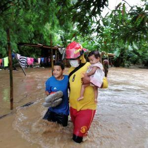 Räddningspersonal hjälper invånare i staden Tela i Honduras.