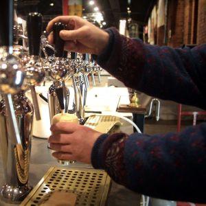 En bartender häller ett stop