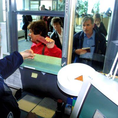 Resenärer vid en passkontroll
