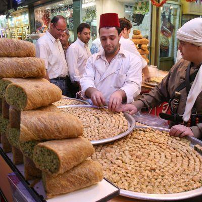 Makeisia ja jälkiruokia katukauppiaan kojussa torilla Damaskoksen basaarin kujilla.