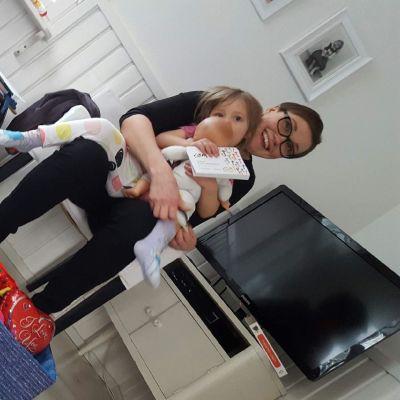 Jenny Halvari ja  lapset Ahti ja Raita.