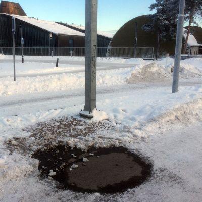 Kaukolämpövuoto Tipotien sosiaali- ja terveysaseman edustalla Tampereella
