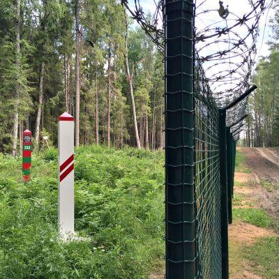 Raja-aluetta on raivattu ja aitaa rakennetaan kaikkiaan 90 kilometriä.