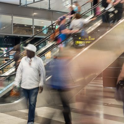 Anonyymejä ihmisiä ostoskeskuksessa.