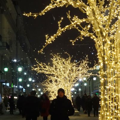 Juhlakoristeltu katu Moskovan keskustassa.