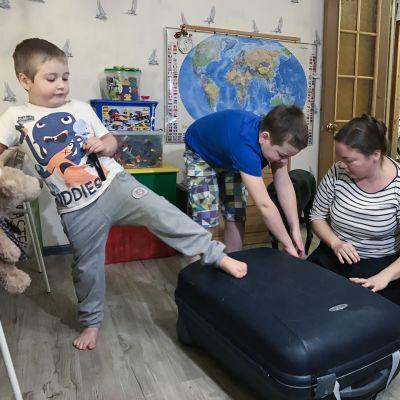 Stjopa ja Fedja auttavat äiti Olga Kapustinia pakkaamisessa.