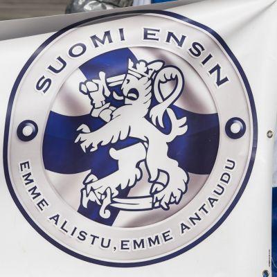 Suomi ensin- liikkeen logo.
