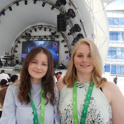 Helmi Nurkkala ja Ida Salo kertovat maailmannäyttelyllä myös nuorten yrittäjyyskoulutksesta.