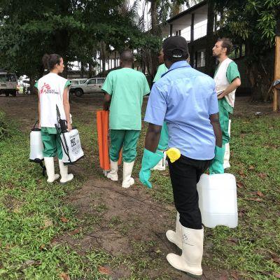 Lääkärit ilman rajoja -järjestön henkilöstöä Mbandakan sairaalalla Kongon demokraattisessa tasavallassa.