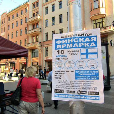 Suomalaismarkkinoita mainostetaan Pietarissa.