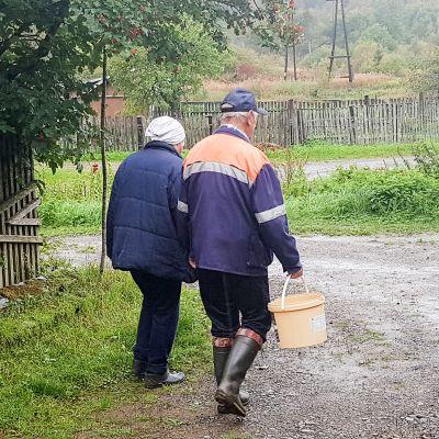 Valentina Raekovskaja ja Boris Vanin hakevat vettä kaivosta