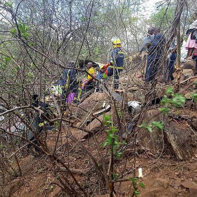 pelastusmiehiä pudonneen koneen luona