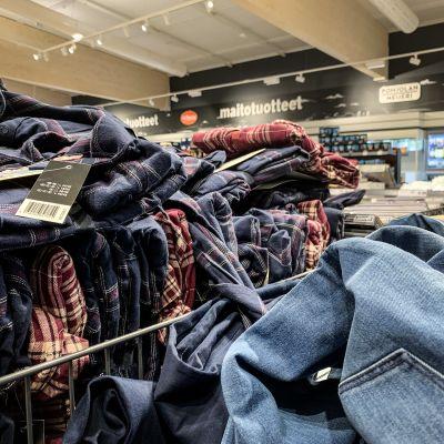 Vaatteita myynnissä Lidlissä.